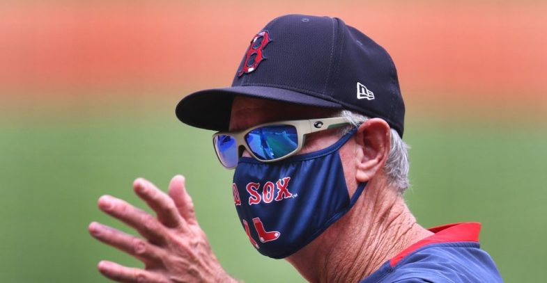 Il manager Ron Roenicke con la mascherina griffata